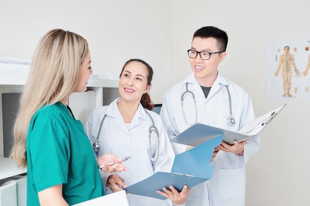 Говорящие улыбающиеся доктора