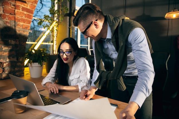 회담. 창의적인 회의 중에 장치와 가제트를 사용하여 현대 사무실에서 함께 일하는 동료.