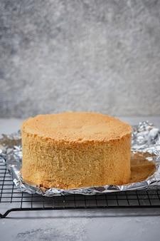 클래식 한 바닐라 케이크를위한 키 크고 구운 스폰지 케이크.