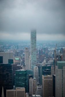 ニューヨークの街並みの外に立つ高層ビル