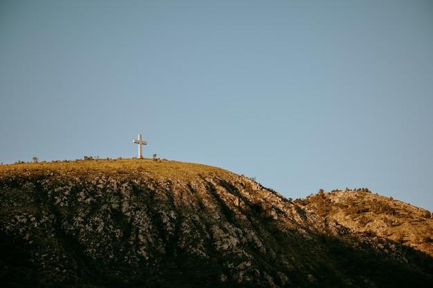 Mostar, 보스니아 헤르체고비나의 언덕 꼭대기에 키 큰 십자가 동상