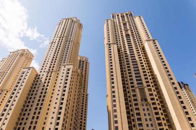 アラブ首長国連邦の背の高いドバイマリーナの高層ビル