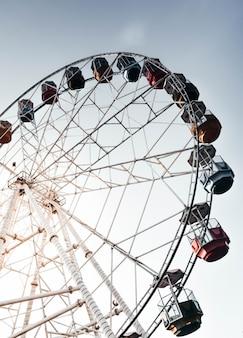 Высокое колесо обозрения с красивым чистым небом