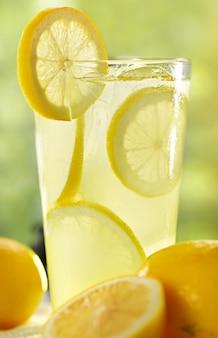 夏の背景に新鮮なレモネードの背の高いグラス