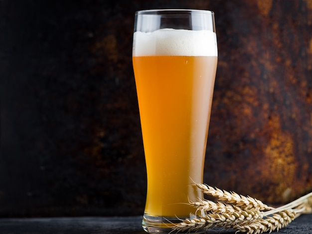 小麦ビールと小麦の穂の背の高いグラス