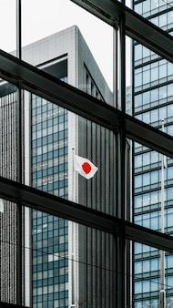背の高いオフィスの近代的な建物と日の丸