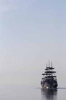 Высокий корабль плывет по спокойной воде