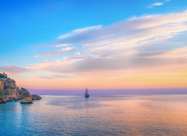 Высокий корабль, плывущий по морю в вечернем солнечном свете, средиземное море, турция