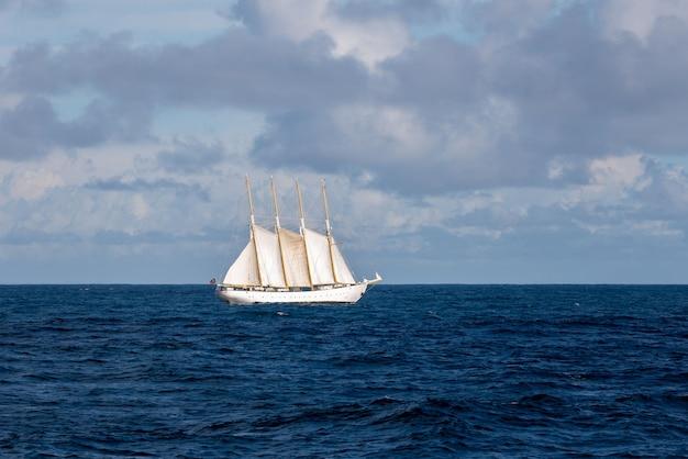 海の帆の背の高い船