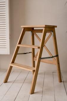 키가 큰 흰색 바 의자 다리는 회색 배경에 나무, 현대 디자이너 바 의자입니다.