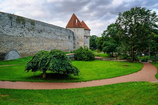 탈린 중세 도시 성벽은 해질녘에 터렛을 합니다. 에스토니아.