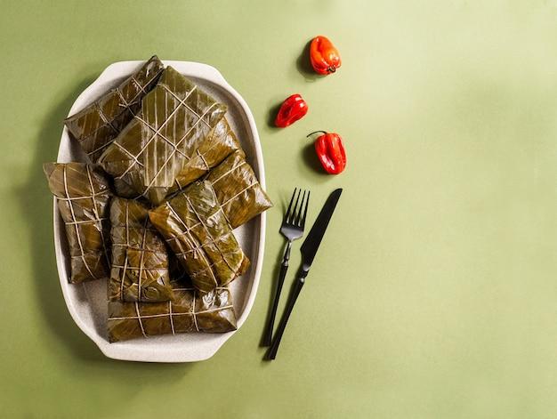 Tamales colombianos、cocina mexicana colombiana、los tamales de la costa、enバナナの葉、豚肉のシチューを詰めたコーン生地