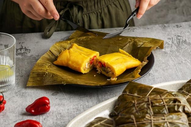 Tamales colombianos, cocina mexicana colombiana, лос-тамалес-де-ла-коста, банановый лист, кукурузное тесто, фаршированное тушеной свининой