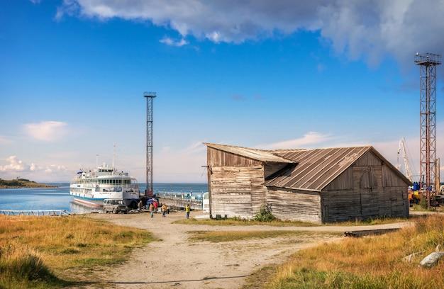 白海のソロヴェツキー諸島のタマリン桟橋と白い船