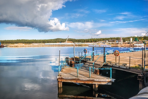 青い秋の空の下、白海のソロヴェツキー諸島にある船のタマリン桟橋。キャプション:タマリン桟橋