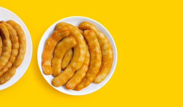 タマリンドのピクルスは黄色の背景で発酵しました。
