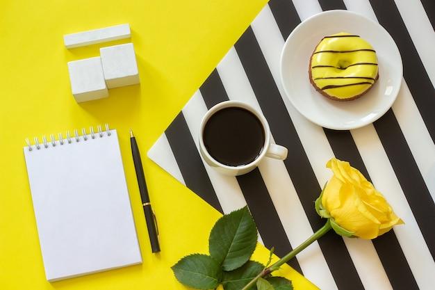 空の立方体カレンダーカレンダー日付のためのtamplateのモックアップカップコーヒー、ドーナツローズ