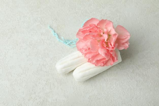 탐폰 및 흰색 질감 배경 꽃