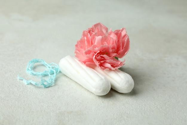 탐폰과 흰색 질감에 꽃