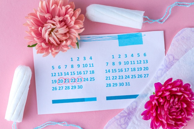 Тампоны и прокладки для менструации, женский календарь и цветы. гигиенический уход в критические дни. регулярный менструальный цикл