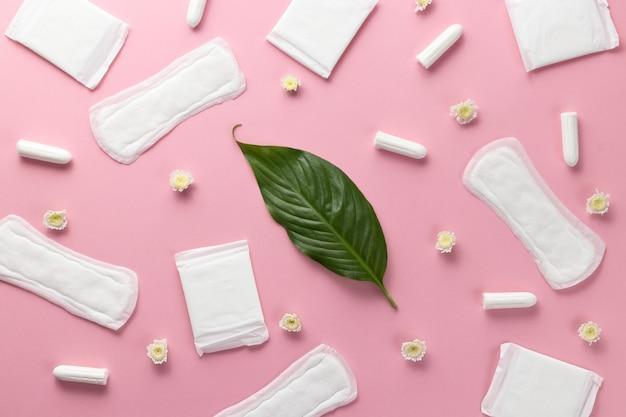 タンポン、女性用生理用ナプキン。重要な日に衛生管理。月経周期。女性の健康を気遣う。毎月の保護。フラット横たわっていた、トップビュー、コピースペース。