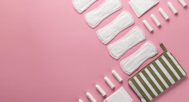 タンポン、ピンクの背景の女性用生理用ナプキン。重要な日に衛生管理。月経周期。