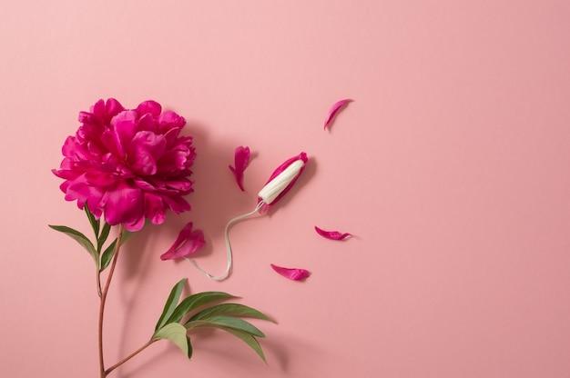 Тампоны. концепция периода менструации. гигиенический белый тампон для женщин. менструация, защита.