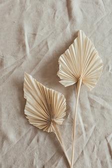 황갈색 팬 공예품은 베이지 색 린넨 천에 나뭇잎