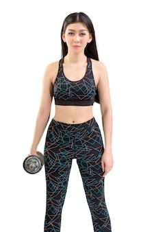황갈색 피부 아시아 피트니스 소녀 섹시 귀여운 스포츠 브래지어 블랙 스판덱스 바지 운동 워밍업. 덤벨 들기 자세를 연습합니다. 격리 된 흰색 배경으로.