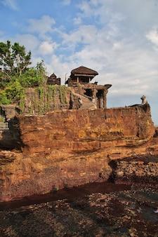 Храм танах лот на острове бали, индонезия