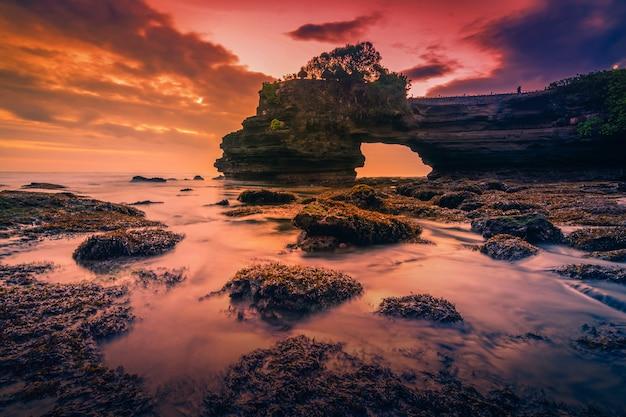 バリ島、インドネシアの日没時に海にtanahロット寺院。