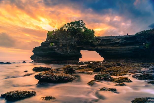 バリ島の夕日の海のtanah lot temple