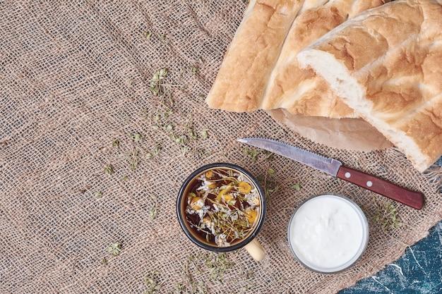 Хлеб тандыр с йогуртом и чаем.