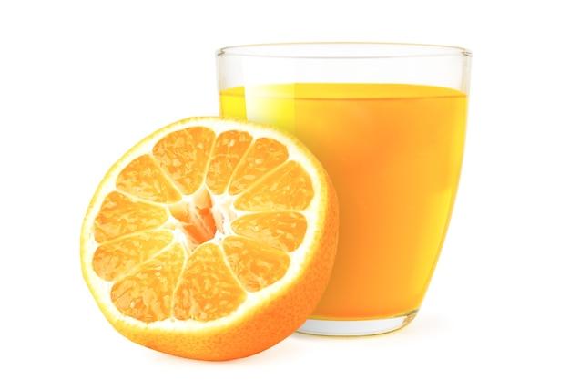 Мандариновый сок в стакане и наполовину изолированные