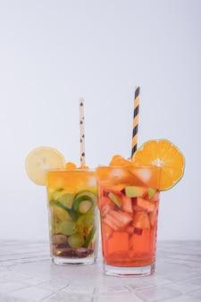 Succo di mandarino e limonata su bianco.