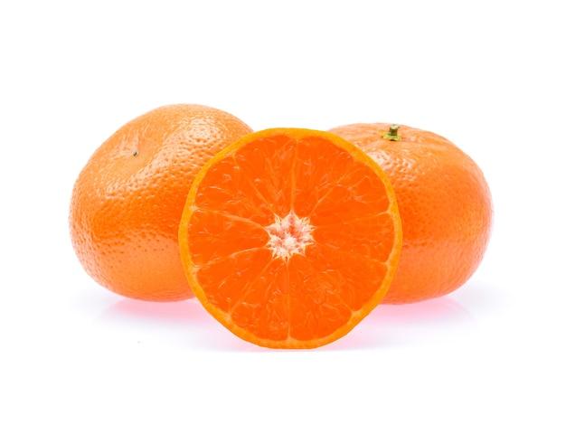 귤 또는 만다린 과일 흰색 절연