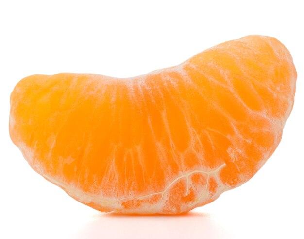 Часть мандарина или мандарина, изолированные на белом фоне вырез