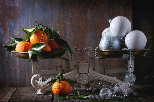 Мандарины и новогодние украшения