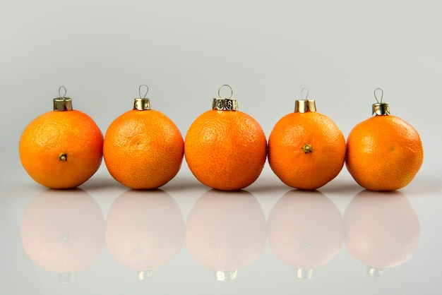 Мандарины как рождественский бал на рождество и новый год. русская традиция елочная игрушка плоды праздник концепция украшения дизайн на праздник.
