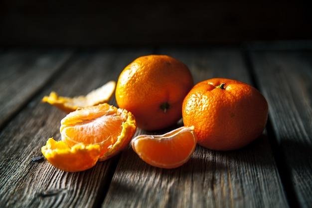 Мандарины на деревянном. свежие фрукты. здоровая пища