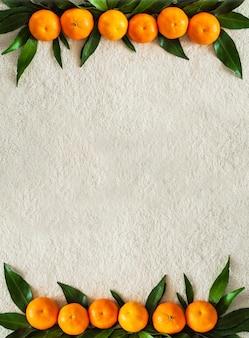 Мандарины с листьями на белом пледе