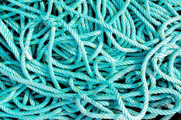緑色のもつれたロープがクローズアップ