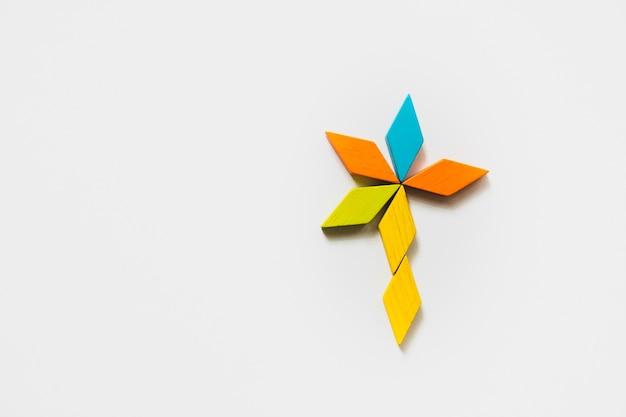 교육 및 창조적 인 개념을위한 tangram 퍼즐 꽃 모양 사용