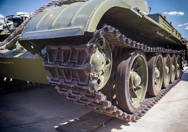Гусеница танка, железные колеса, ходовая часть танка