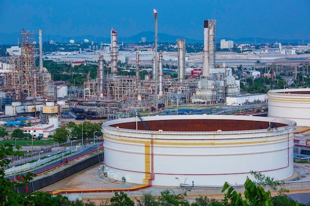 정유 공장 및 저녁의 타워 열의 탱크 원유 장면 건설 현장에서 석유 화학 산업입니다.