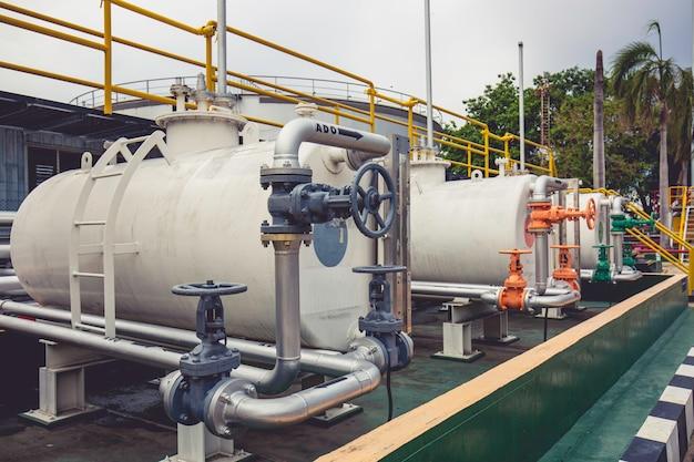 파이프 라인 입구 송유관 오일 흐르는 밸브를 닫고 열 수 있는 탱크 수평 흰색 플랜트 장비