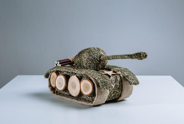 Танк из веток и травы. экологичная игрушка