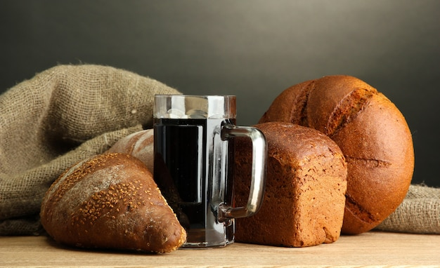 木製のテーブルの上に、クワスとライ麦パンのタンカード