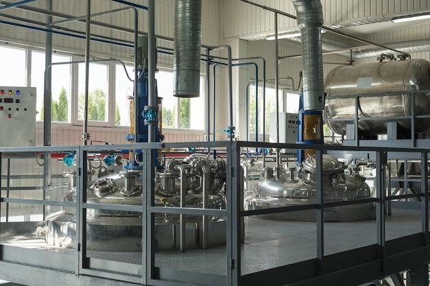 化学プラントでの化学混合用のタンク。