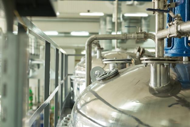 Емкости для химического смешения на химическом заводе.